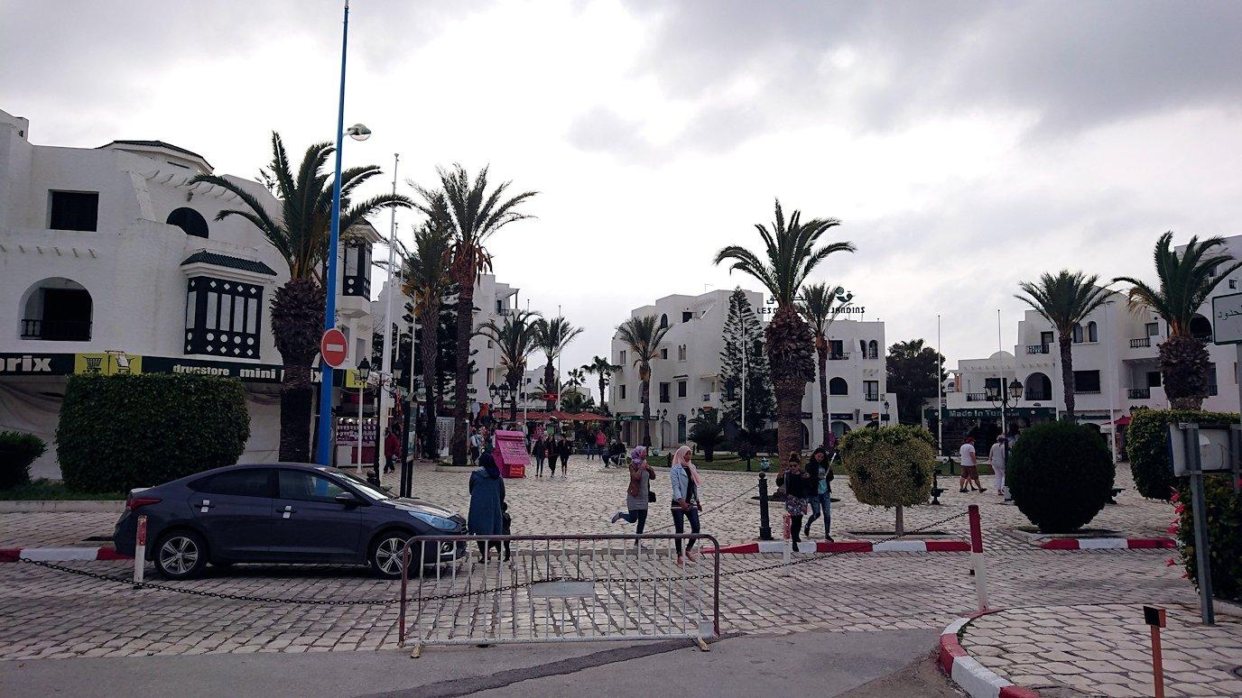 チュニジアのポートエルカンタウィのマリーナに進みます
