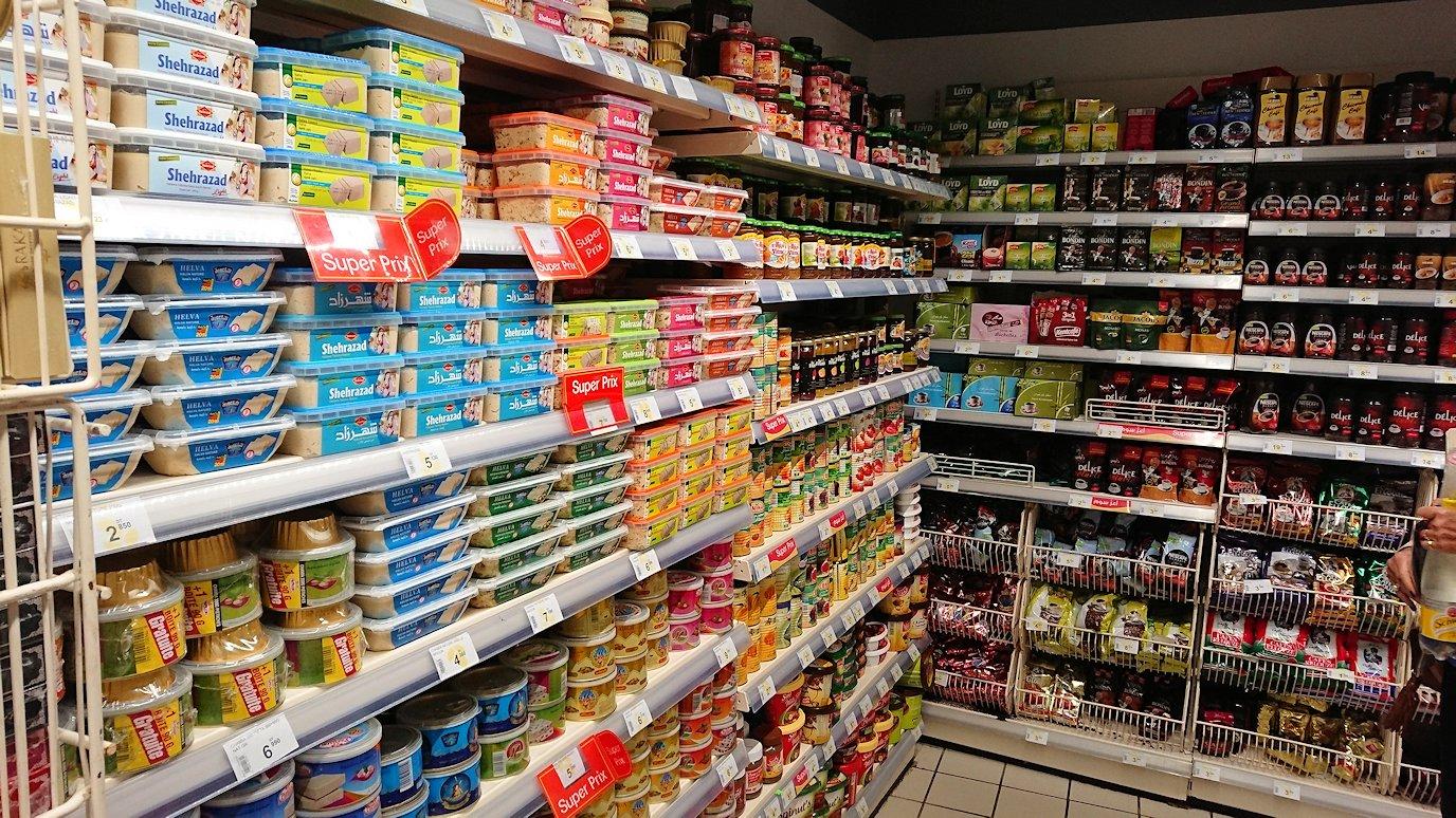 チュニジアのポートエルカンタウィのマリーナ付近のスーパーマーケットにてお買い物