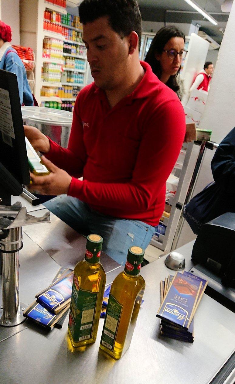 チュニジアのポートエルカンタウィのマリーナ付近のスーパーマーケットにてお買い物9