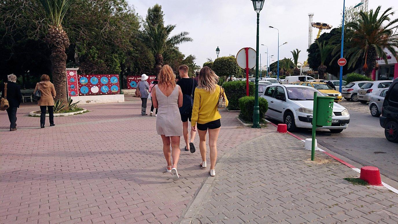 チュニジアのポートエルカンタウィのマリーナ付近からバスに戻る