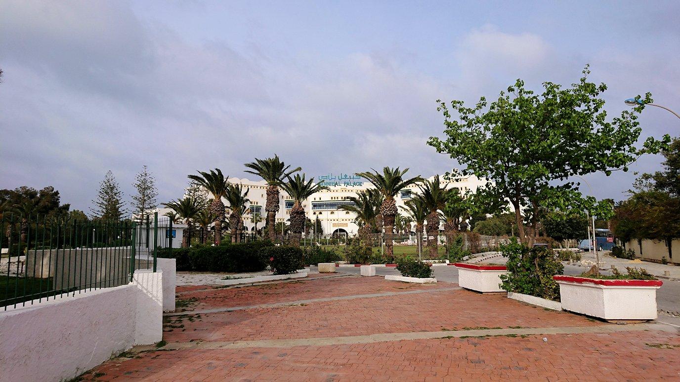 チュニジアのポートエルカンタウィのマリーナ付近からバスに戻る6