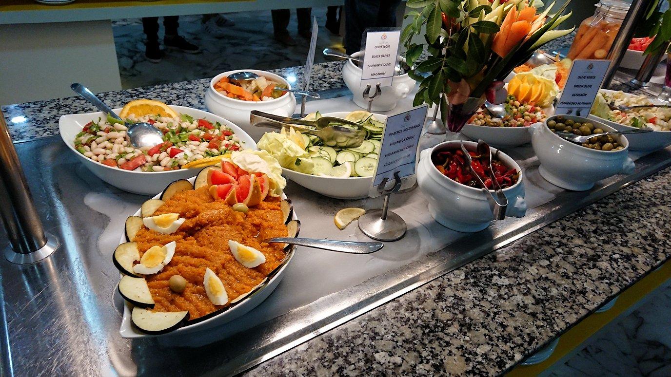 チュニジアのスースの街にある「マルハバ ロイヤル サレム」ホテル内のバイキング会場で楽しく食べる1