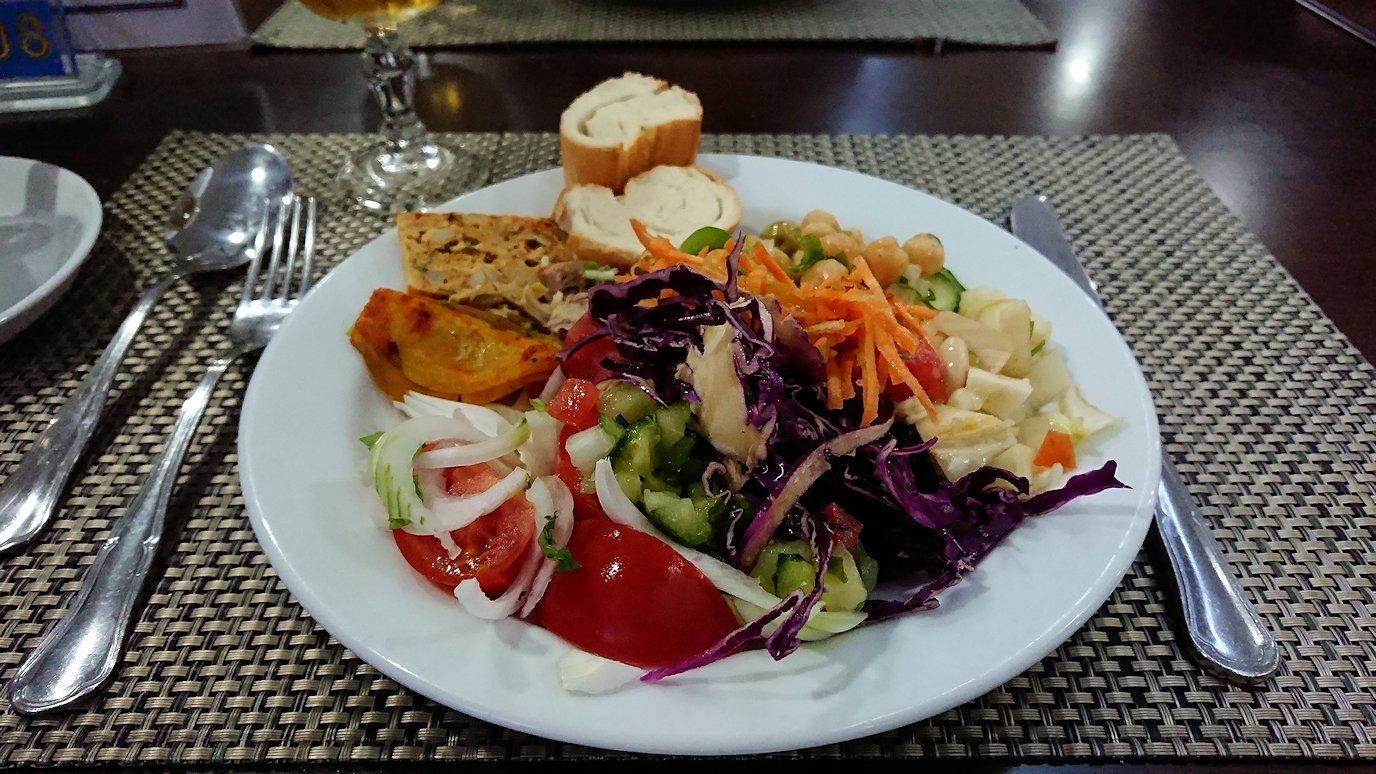 チュニジアのスースの街にある「マルハバ ロイヤル サレム」ホテル内のバイキング会場で楽しく食べる5