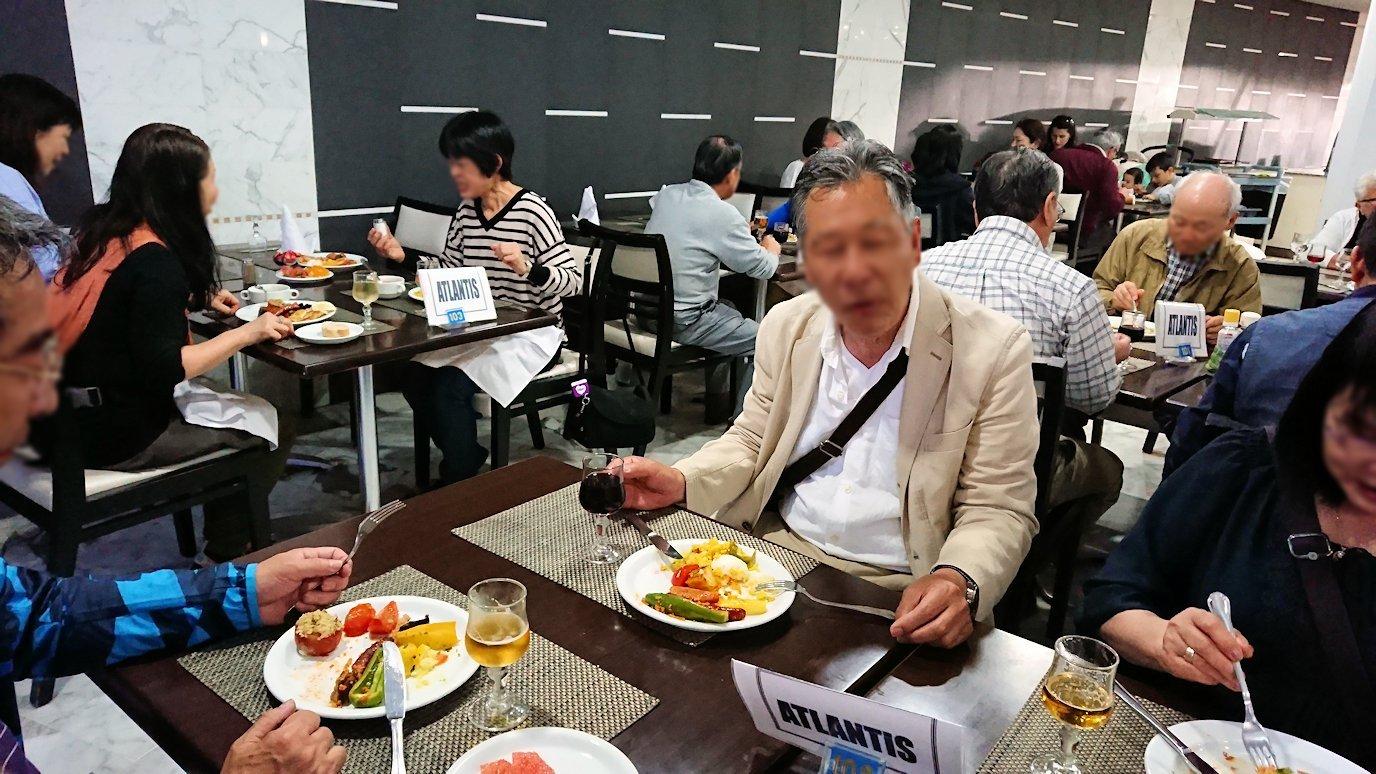 チュニジアのスースの街にある「マルハバ ロイヤル サレム」ホテル内のバイキング会場で楽しく食べる7