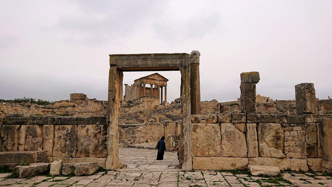 チュニジアのドゥッガ遺跡で有名なフレームがある奴隷市場後で記念撮影を1