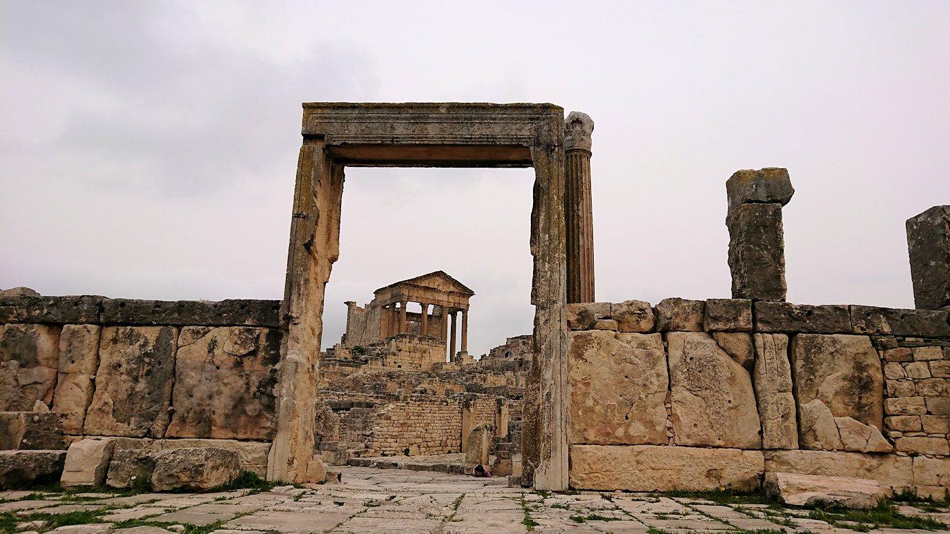チュニジアのドゥッガ遺跡で有名なフレームがある奴隷市場後で記念撮影を2