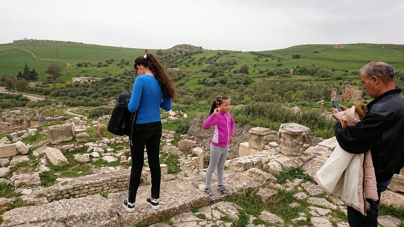 チュニジアのドゥッガ遺跡で有名なフレームがある奴隷市場後で記念撮影を6