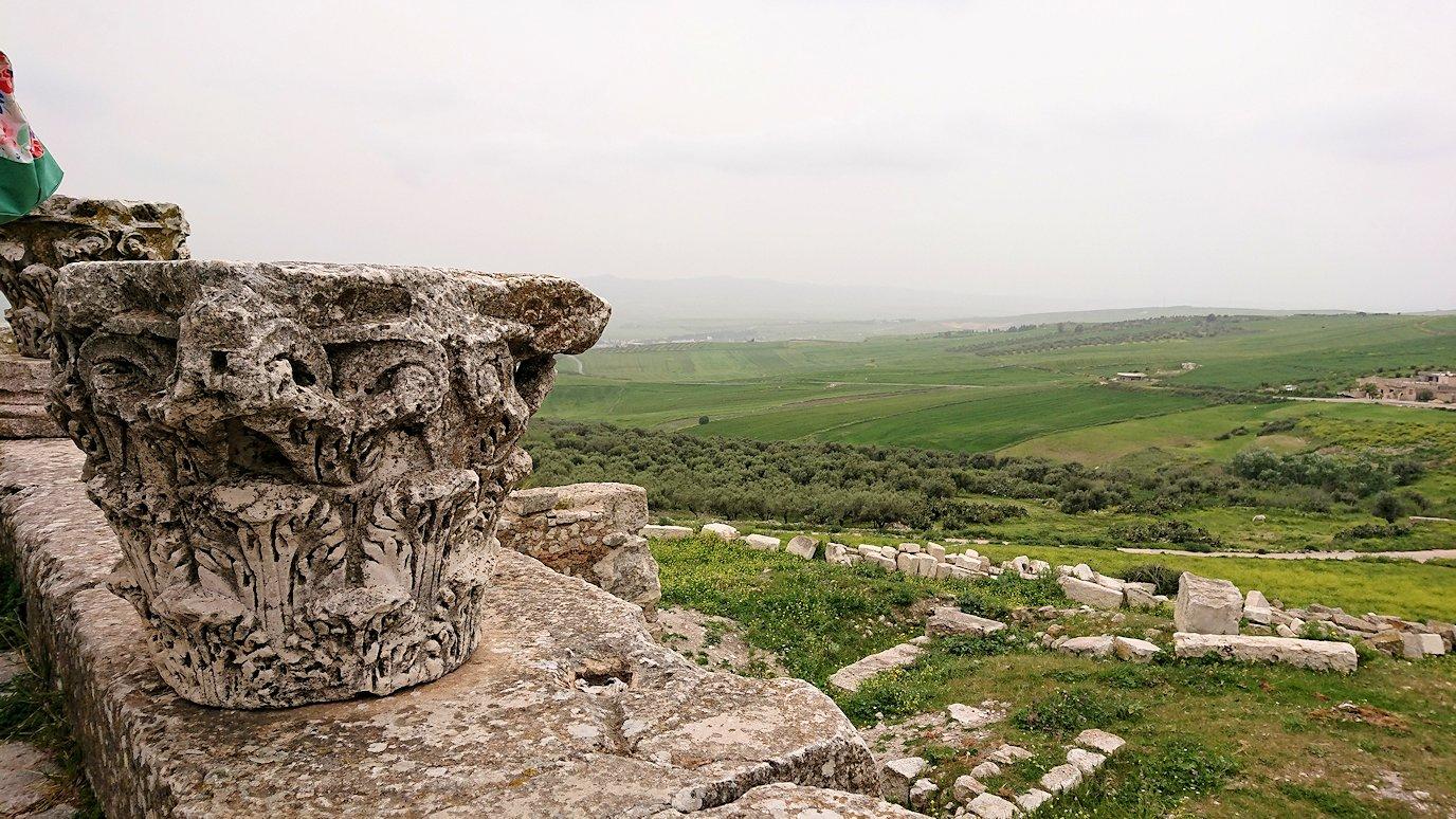 チュニジアのドゥッガ遺跡で有名なフレームがある奴隷市場後で記念撮影を9