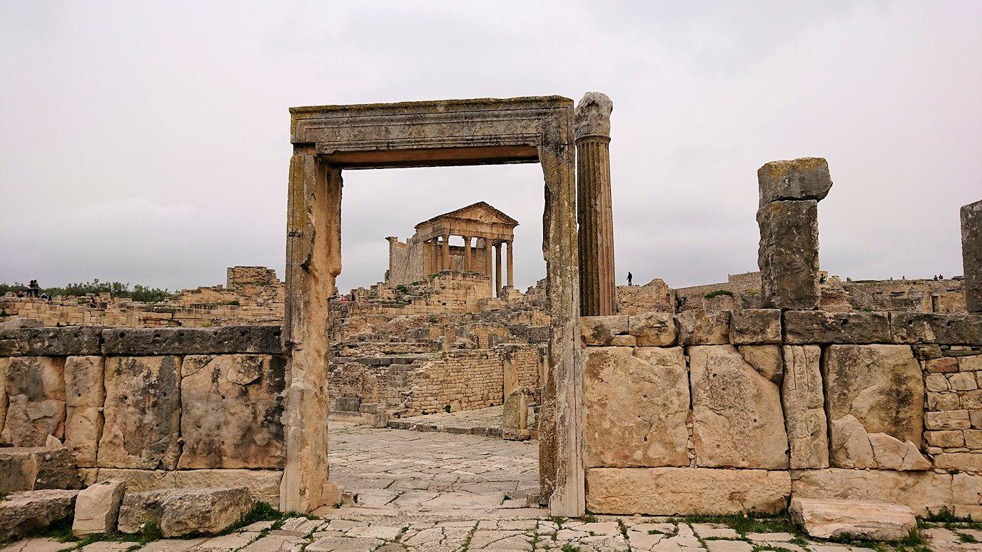 チュニジアのドゥッガ遺跡で有名なフレームがある奴隷市場後でしみじみ考え事をする1