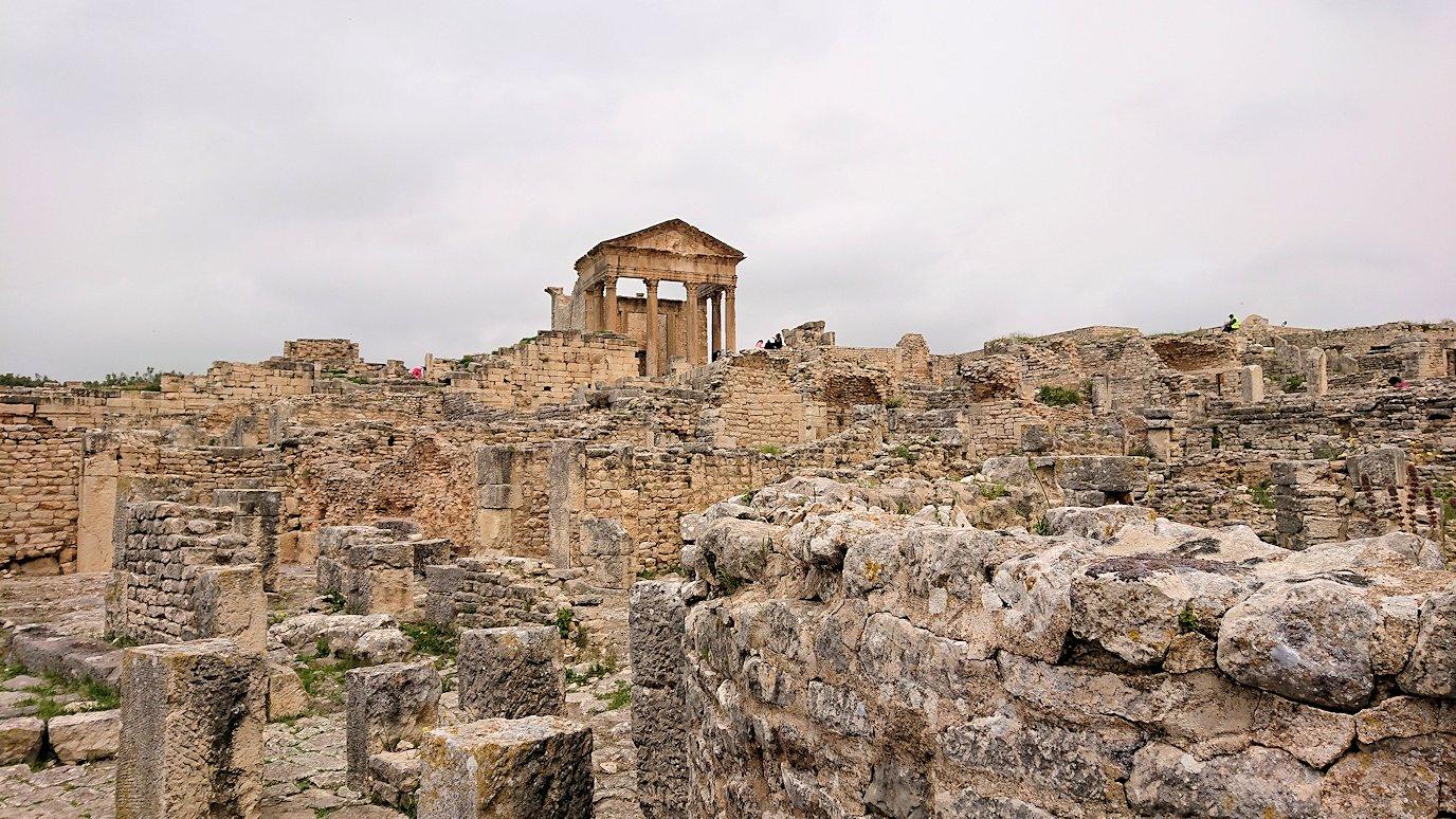 チュニジアのドゥッガ遺跡で有名なフレームがある奴隷市場後でしみじみ考え事をする2