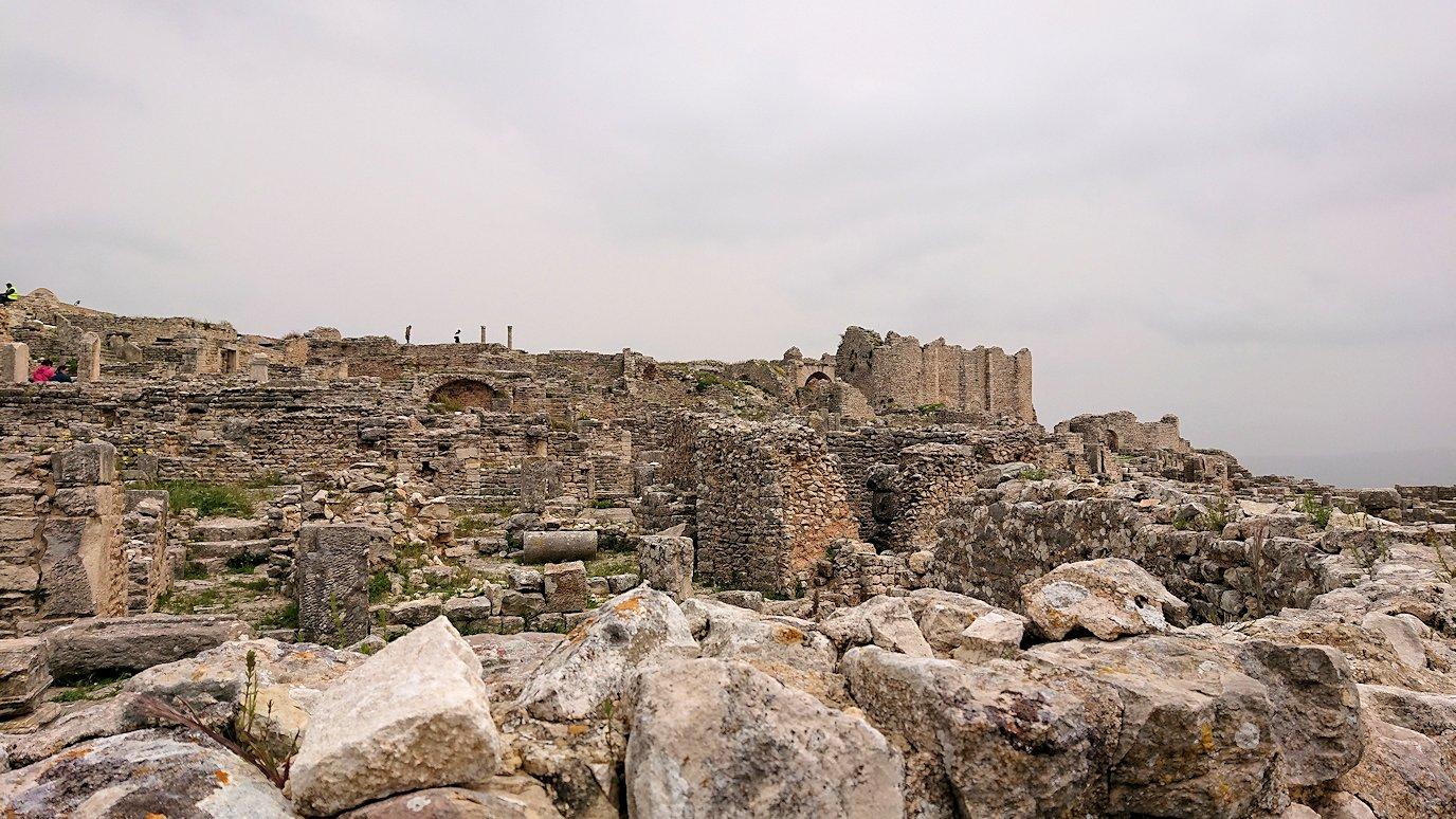 チュニジアのドゥッガ遺跡で有名なフレームがある奴隷市場後でしみじみ考え事をする3