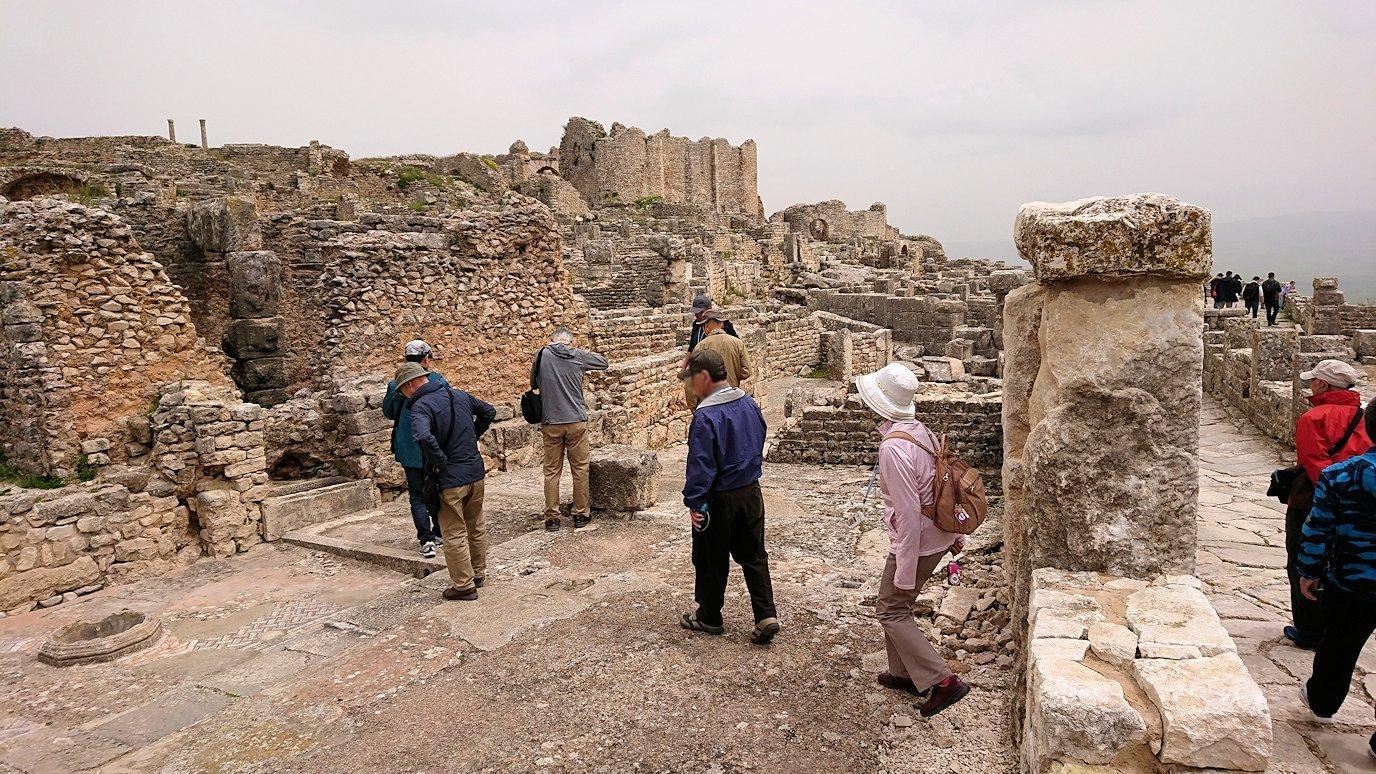 チュニジアのドゥッガ遺跡で有名なフレームがある奴隷市場後でしみじみ考え事をする4