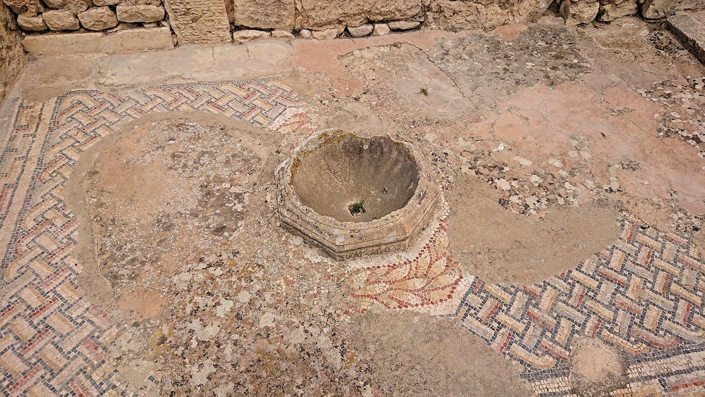 チュニジアのドゥッガ遺跡で有名なフレームがある奴隷市場後でしみじみ考え事をする5