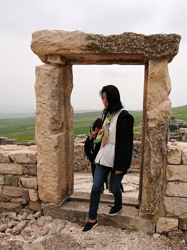 チュニジアのドゥッガ遺跡で有名なフレームがある奴隷市場後でしみじみ考え事をする6