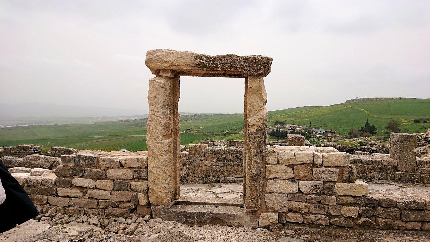 チュニジアのドゥッガ遺跡で有名なフレームがある奴隷市場後でしみじみ考え事をする7