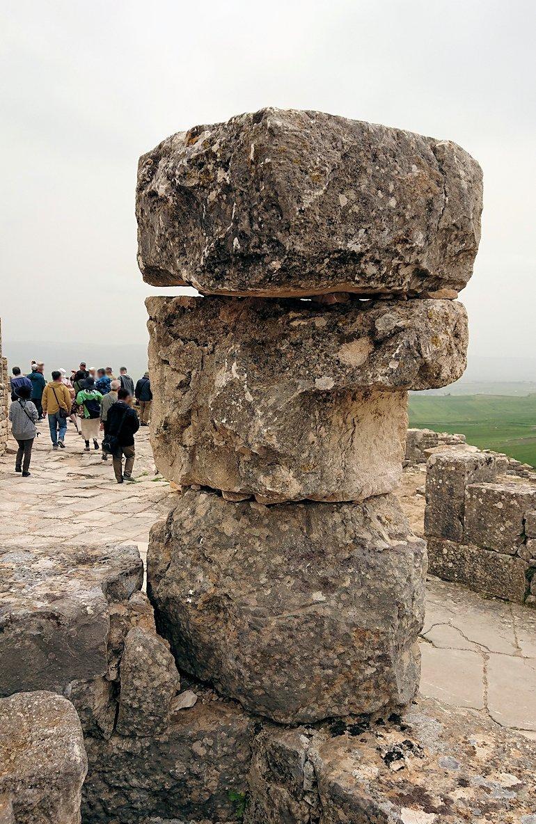 チュニジアのドゥッガ遺跡で有名なフレームがある奴隷市場後でしみじみ考え事をする8