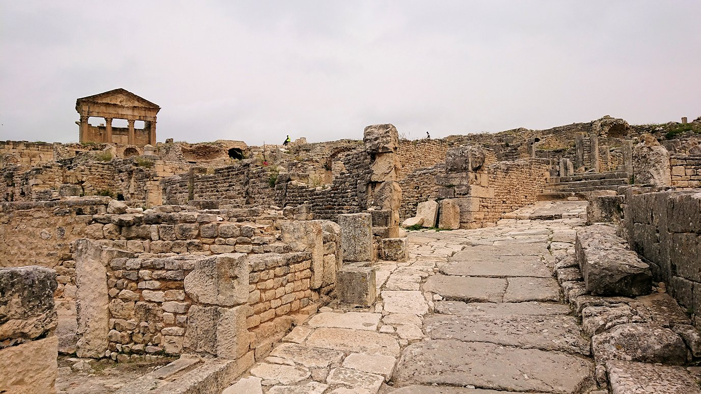 チュニジアのドゥッガ遺跡で住居跡を見学