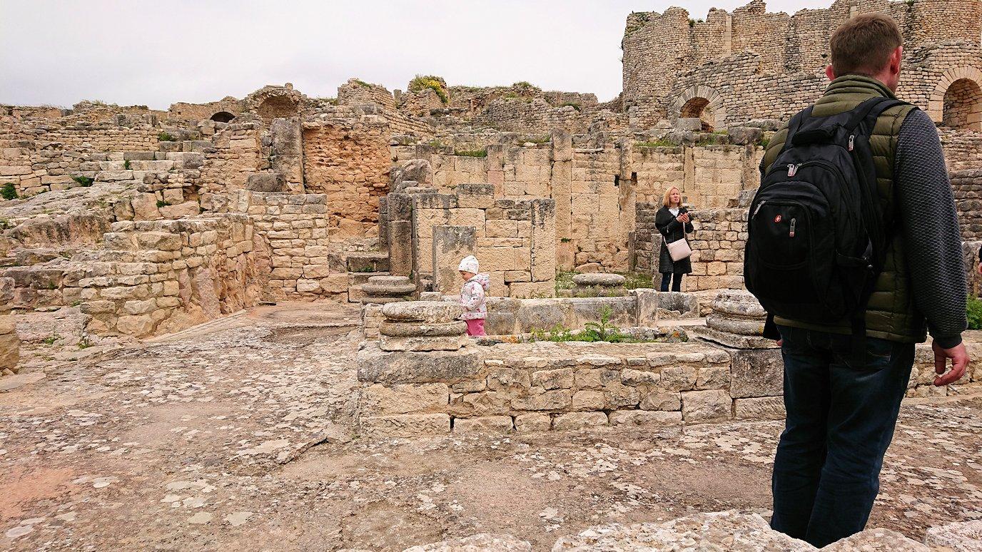 チュニジアのドゥッガ遺跡で住居跡を見学2