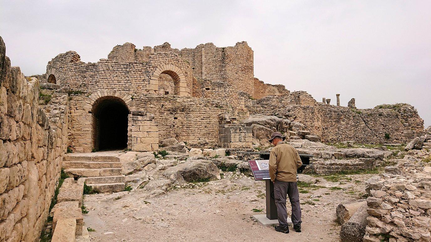 チュニジアのドゥッガ遺跡で住居跡を見学3