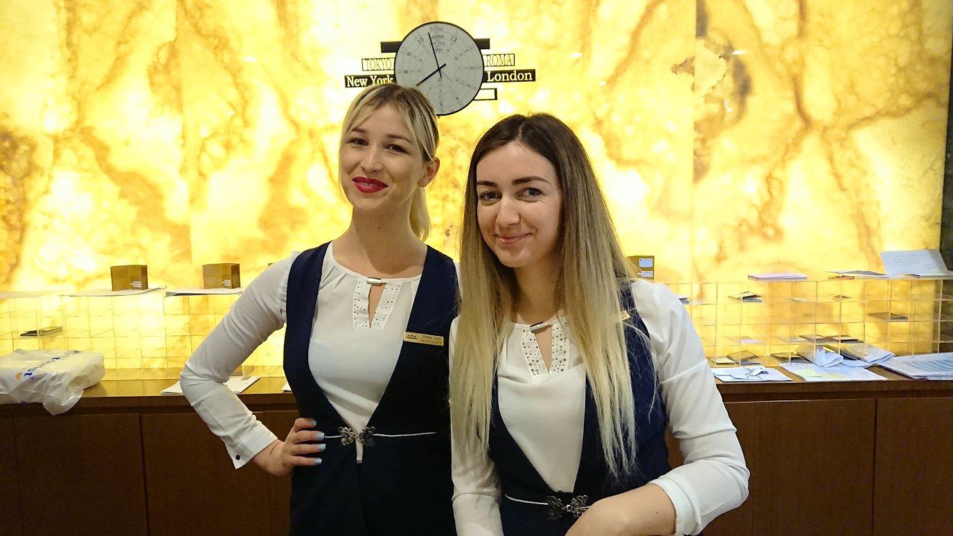 アルバニアで首都ティラナのホテル近くのスーパーマーケットへ