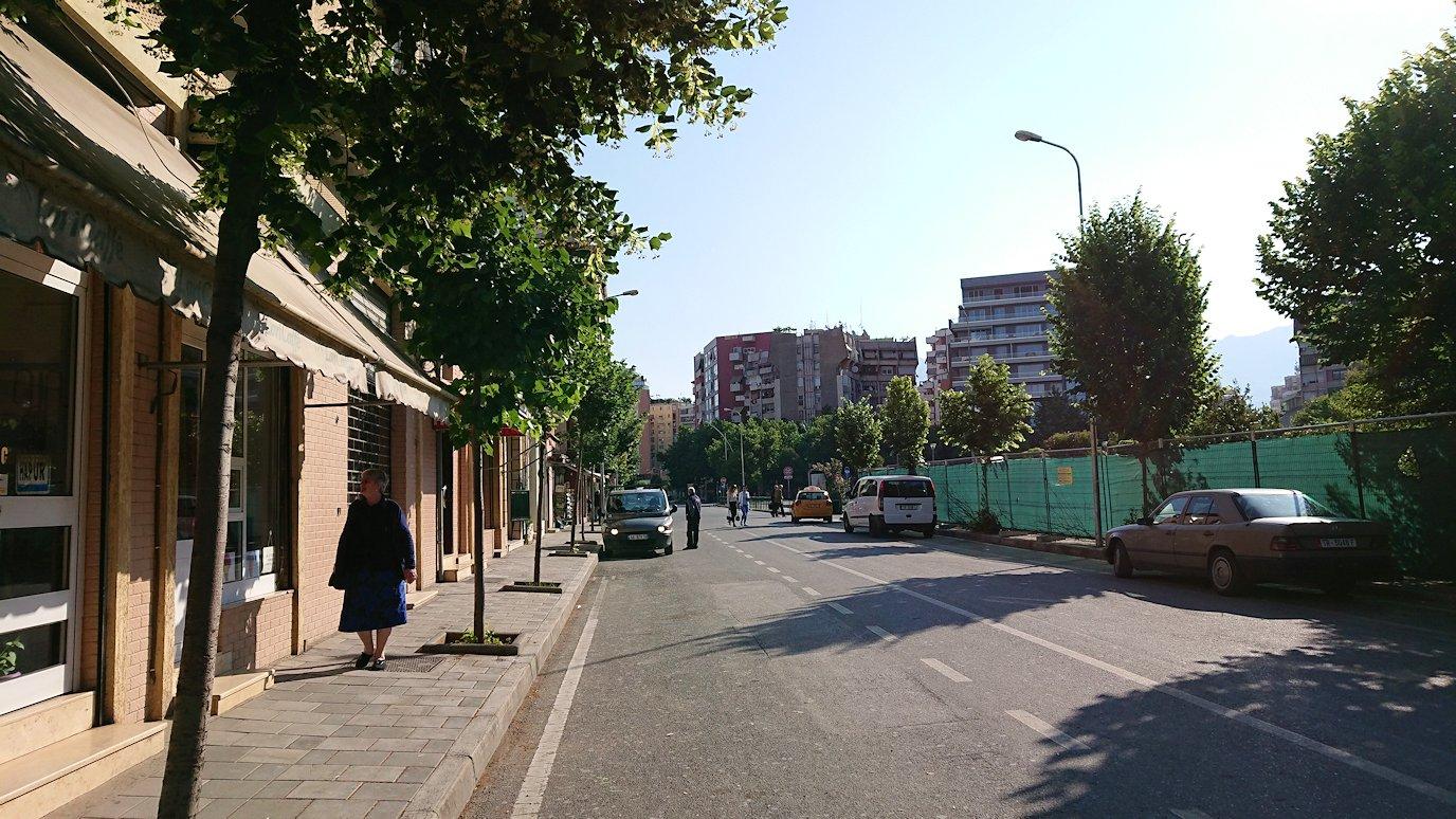 アルバニアで首都ティラナのホテル近くのスーパーマーケットへ1
