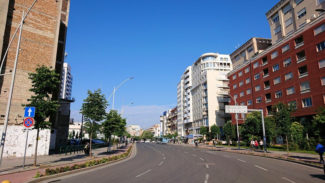 アルバニアで首都ティラナのホテル近くのスーパーマーケットへ2