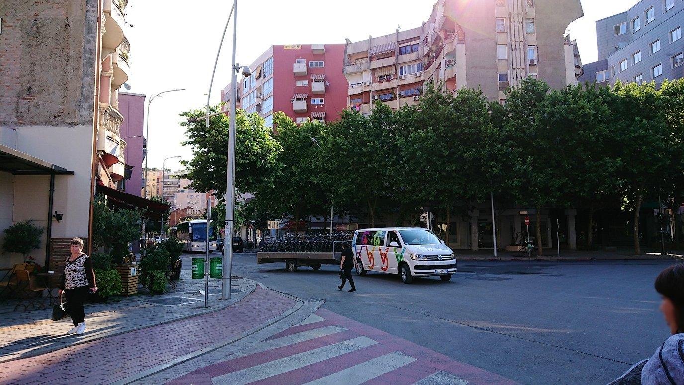 アルバニアで首都ティラナのホテル近くのスーパーマーケットへ3