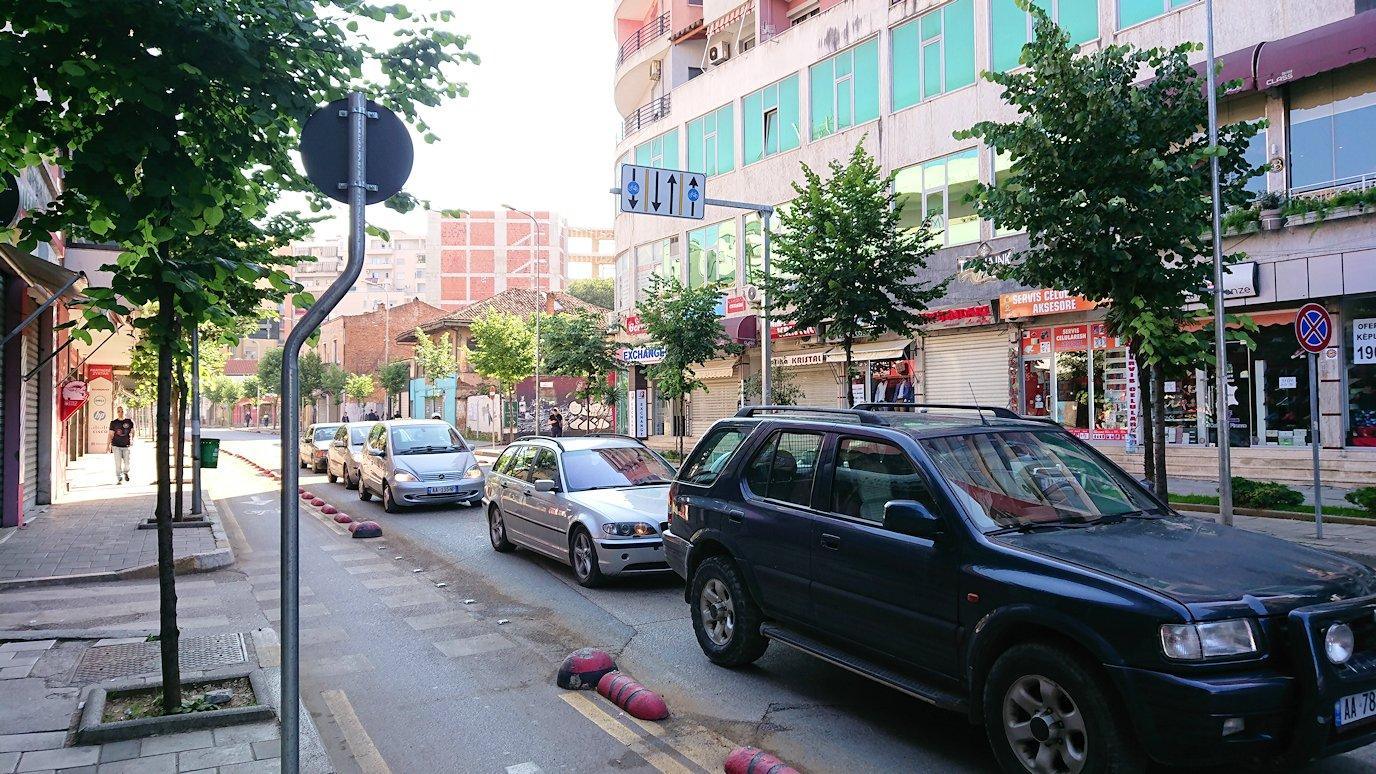 アルバニアで首都ティラナのホテル近くのスーパーマーケットへ4