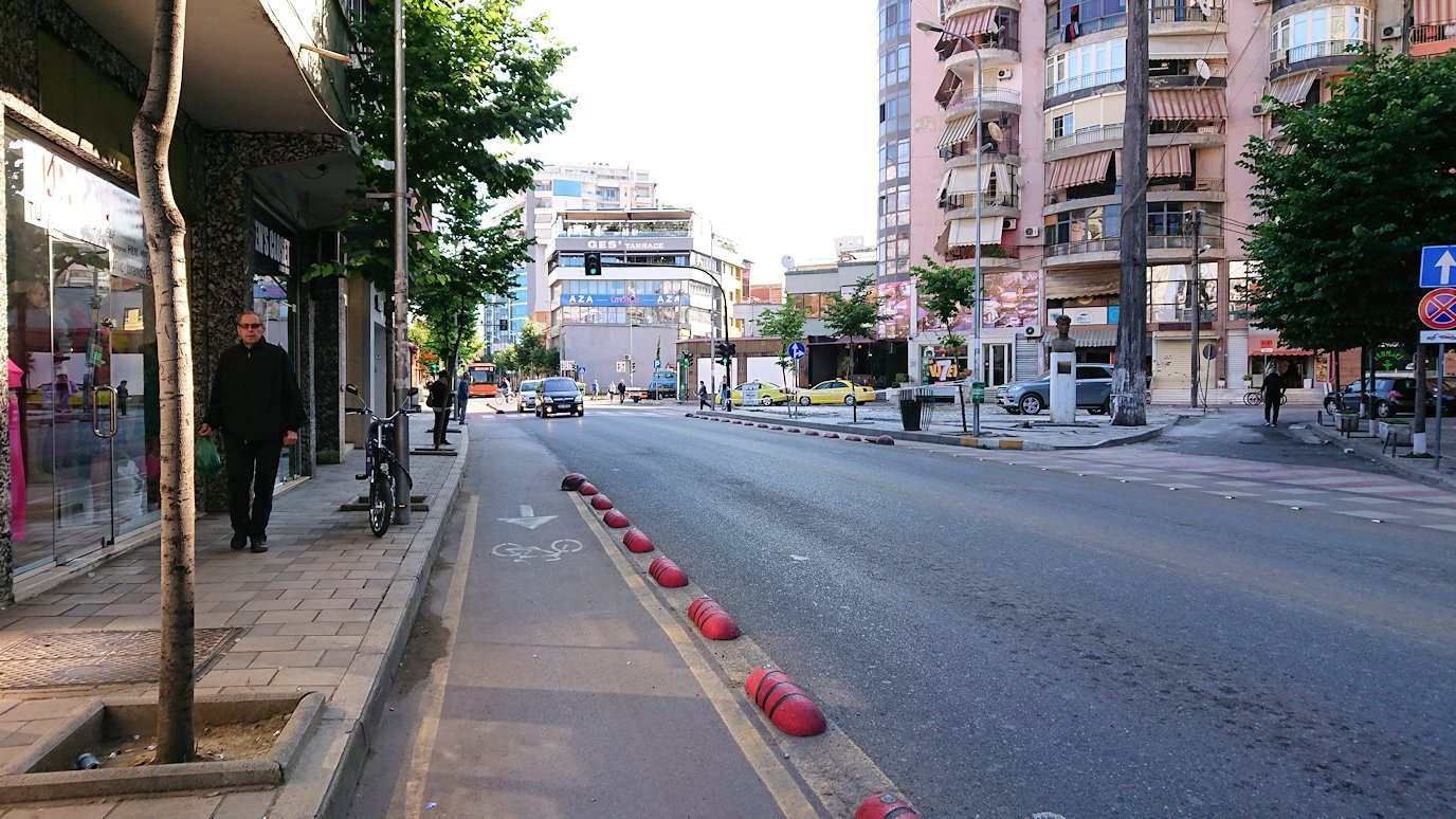 アルバニアで首都ティラナのホテル近くのスーパーマーケットへ5