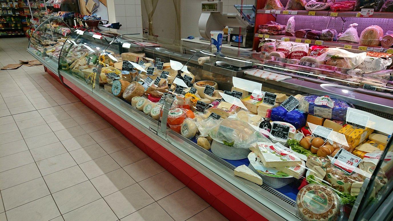 アルバニアで首都ティラナのホテル近くのスーパーマーケットに到着2