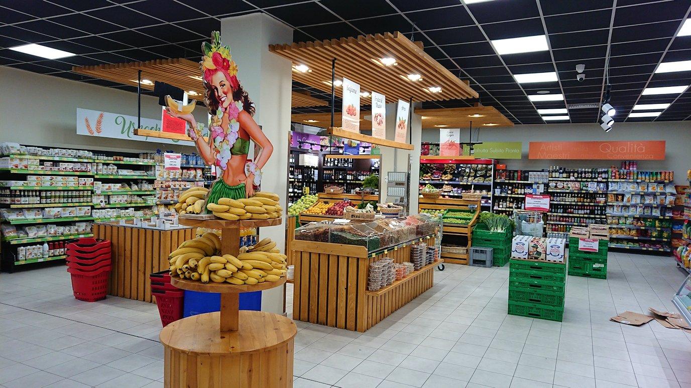 アルバニアで首都ティラナのホテル近くのスーパーマーケットに到着3