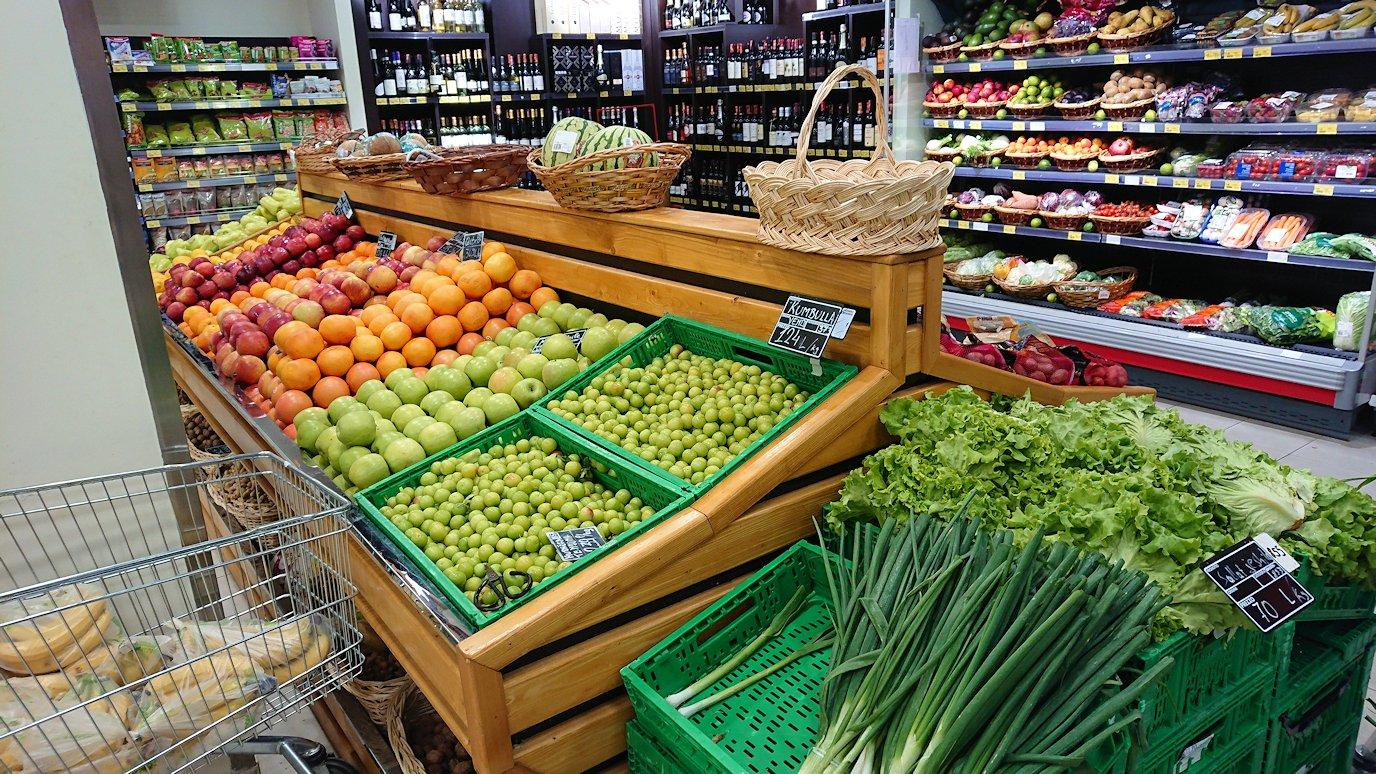 アルバニアで首都ティラナのホテル近くのスーパーマーケットに到着5