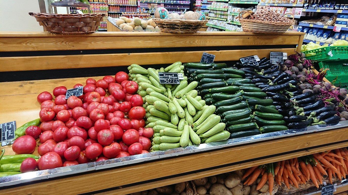 アルバニアで首都ティラナのホテル近くのスーパーマーケット店内を物色