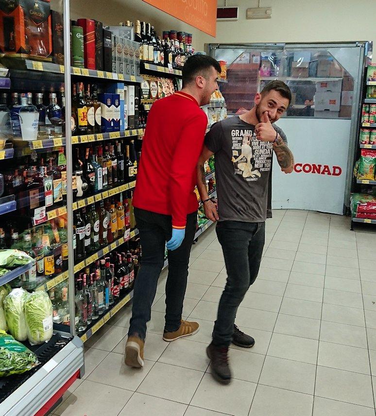アルバニアで首都ティラナのホテル近くのスーパーマーケット店内を物色1