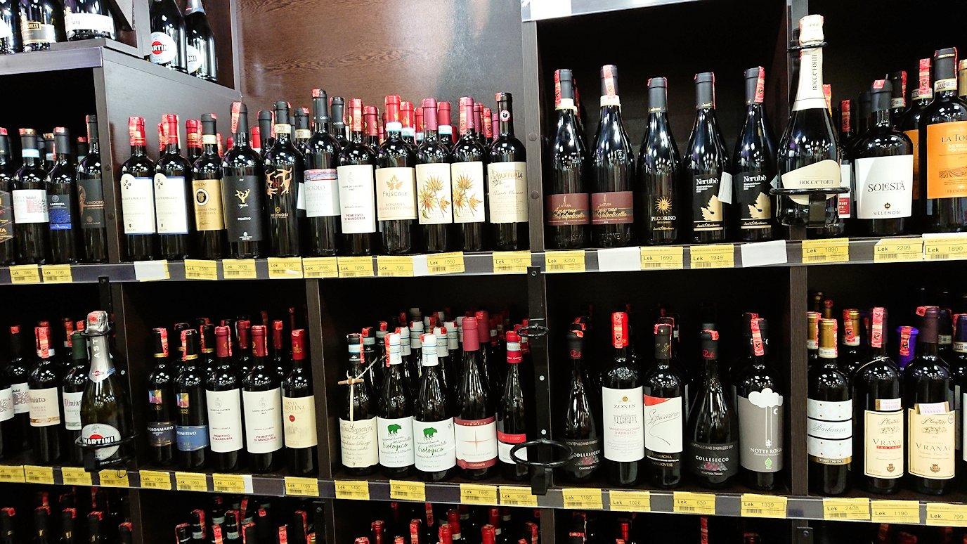 アルバニアで首都ティラナのホテル近くのスーパーマーケット店内を物色2