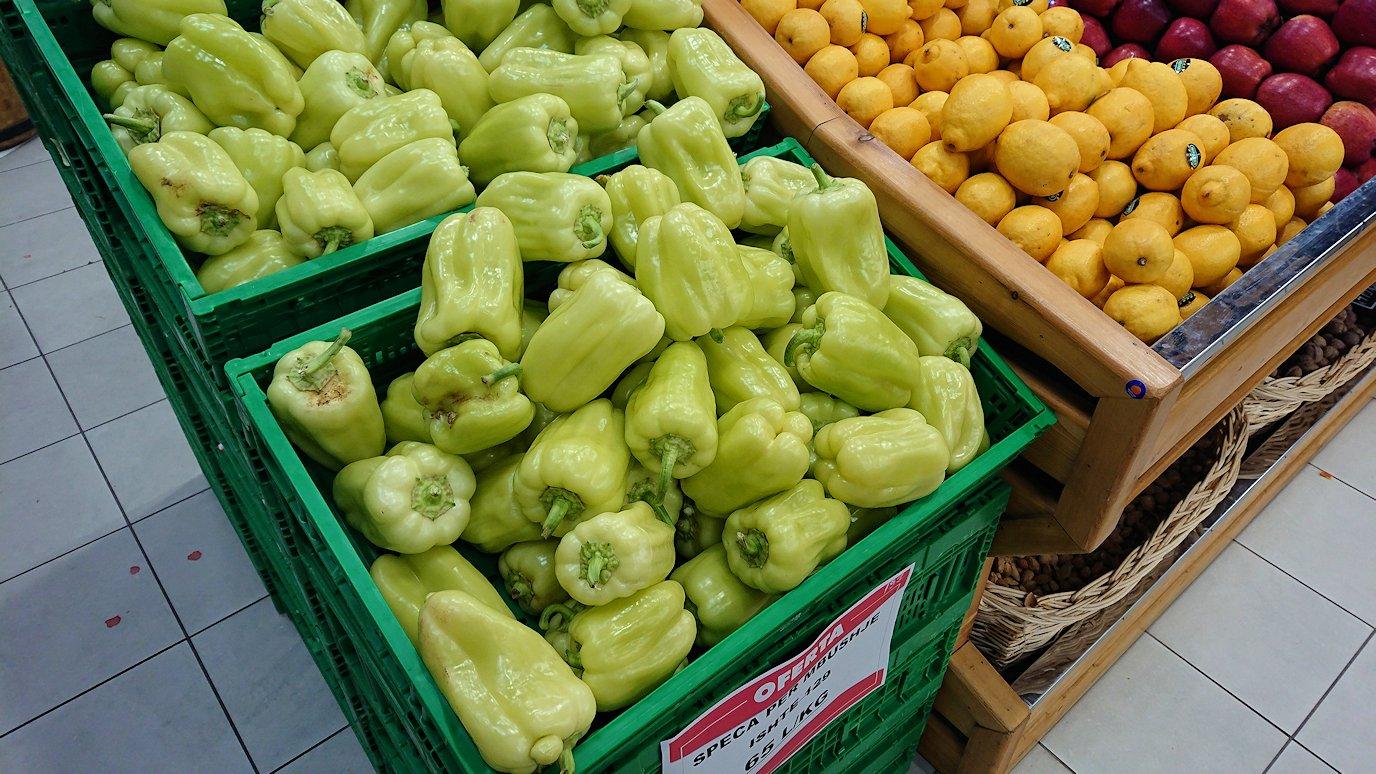 アルバニアで首都ティラナのホテル近くのスーパーマーケット店内を物色4