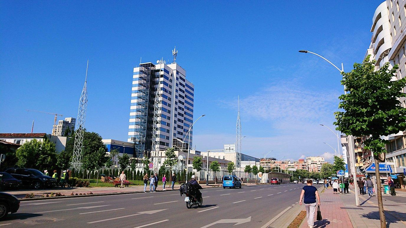 アルバニアで首都ティラナのホテル近くのスーパーマーケットから戻る1