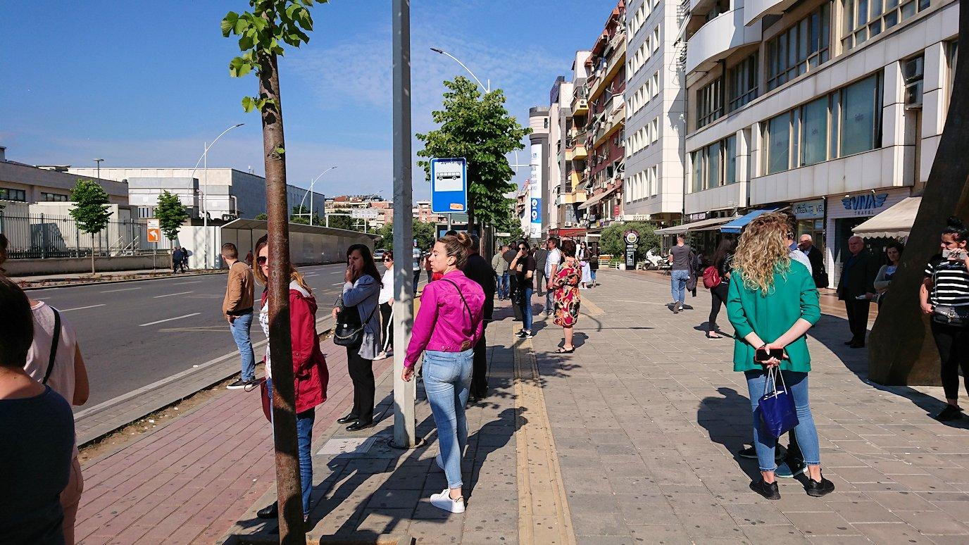 アルバニアで首都ティラナのホテル近くのスーパーマーケットから戻る2