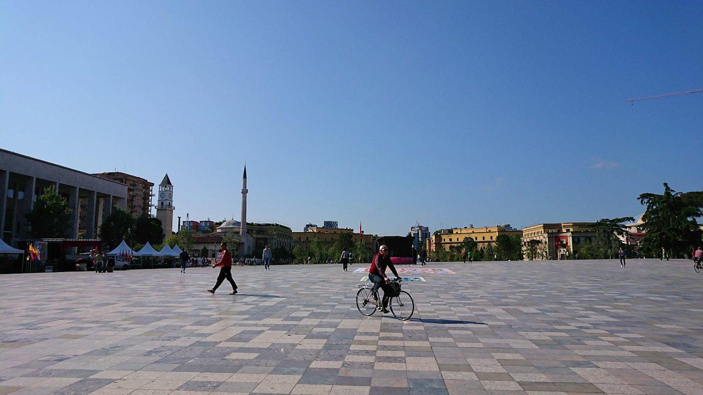 アルバニアで首都ティラナのホテル近くのスーパーマーケットから戻る8