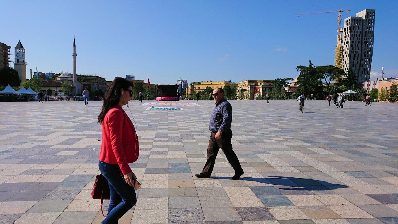 アルバニアで首都ティラナのホテル近くのスーパーマーケットから戻る9