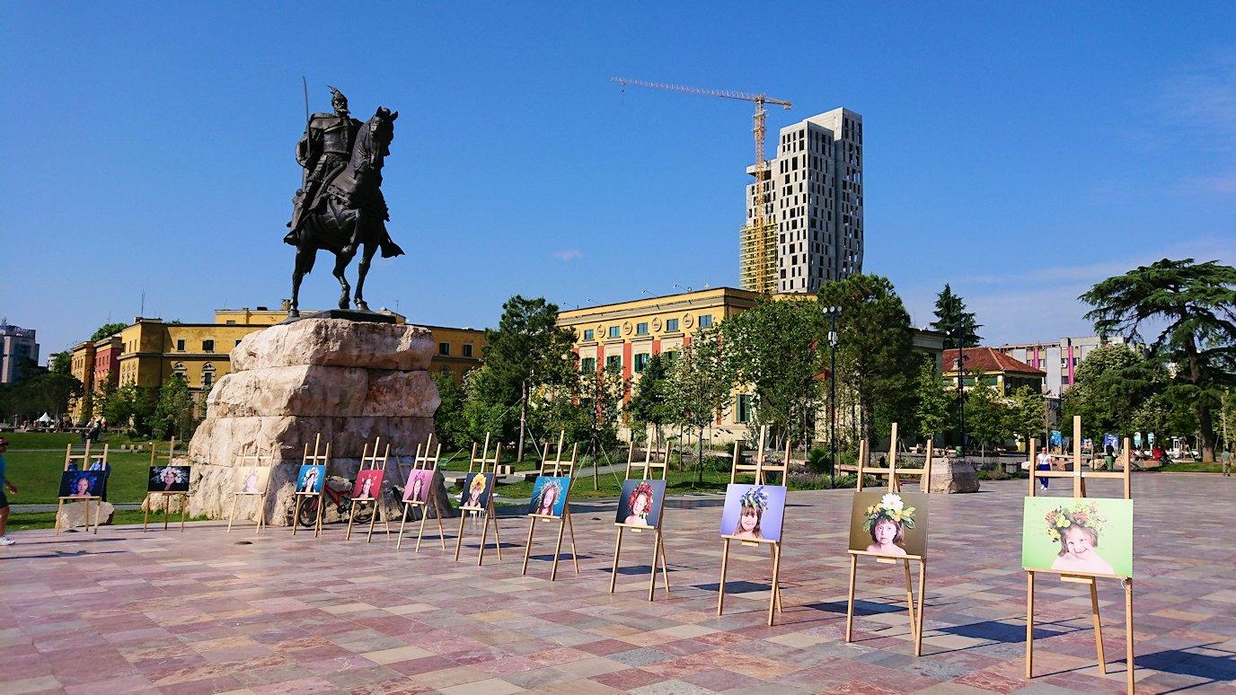 アルバニアで首都ティラナのスカンデルベグ広場ですごろくを発見5