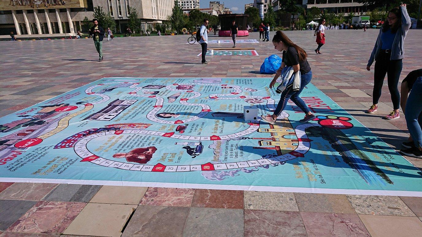 アルバニアで首都ティラナのスカンデルベグ広場ですごろくを発見7