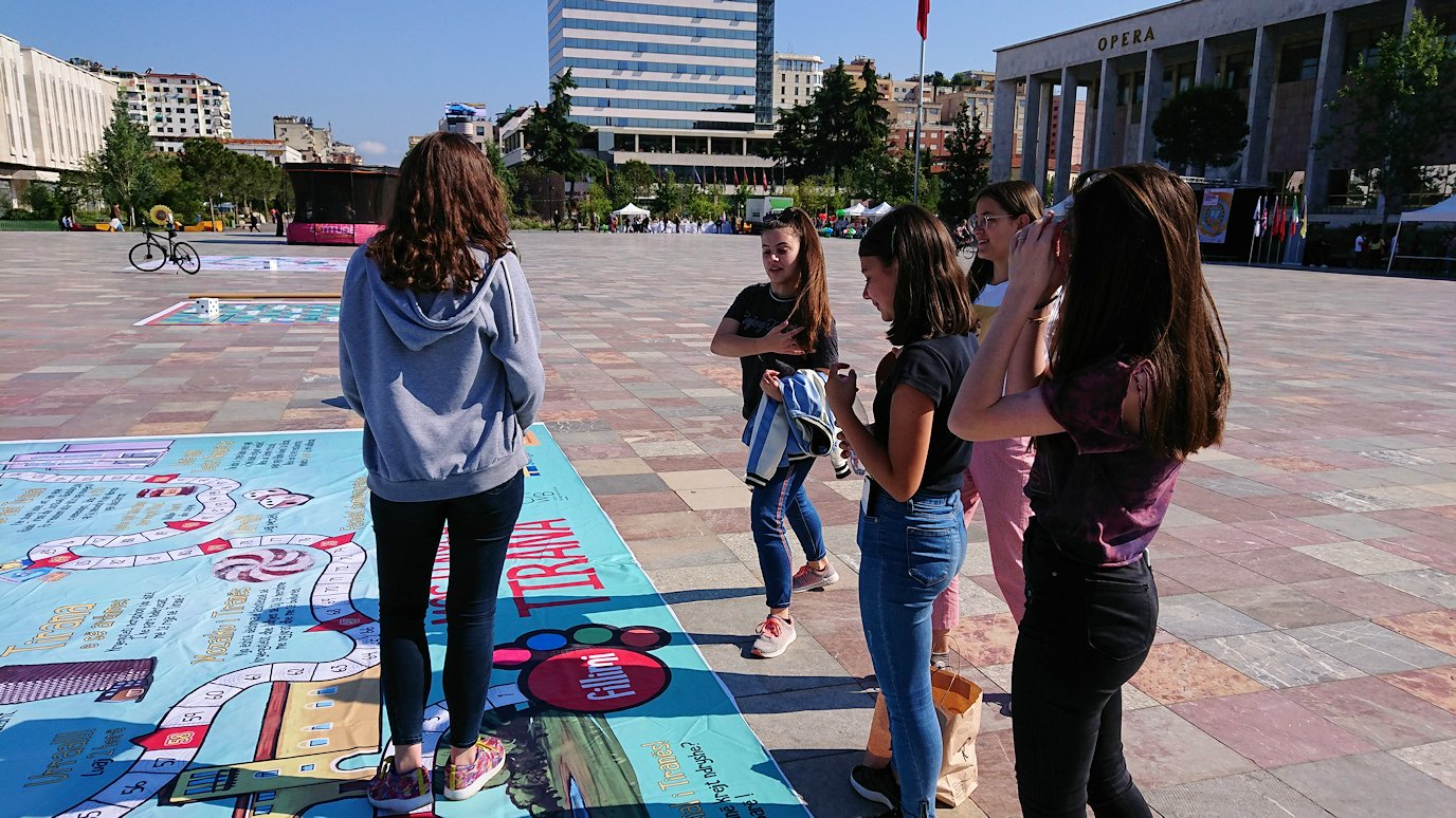 アルバニアで首都ティラナのスカンデルベグ広場ですごろくを発見8