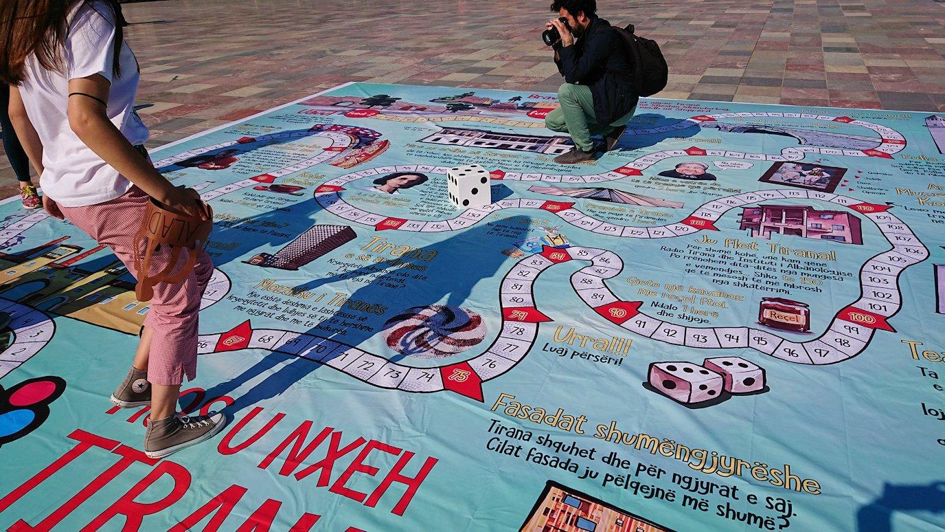 アルバニアで首都ティラナのスカンデルベグ広場ですごろくを発見9