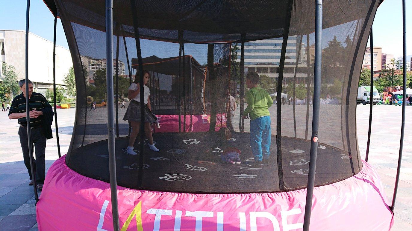 アルバニアで首都ティラナのスカンデルベグ広場ですごろくで遊ぶ子を