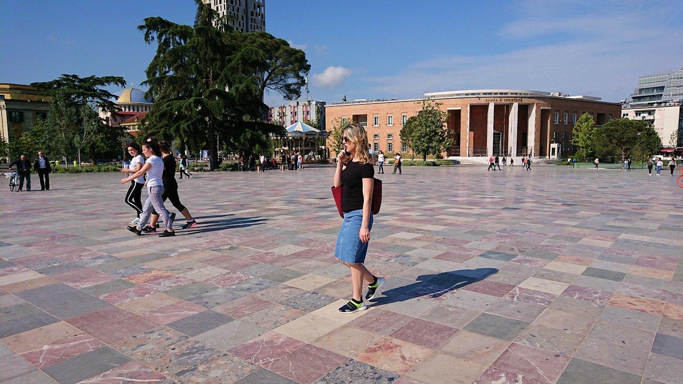 アルバニアで首都ティラナのスカンデルベグ広場ですごろくで遊ぶ子を1