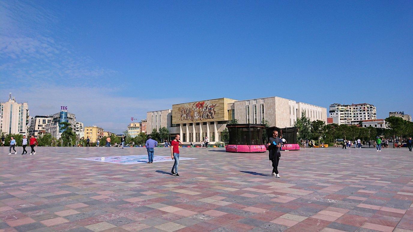 アルバニアで首都ティラナのスカンデルベグ広場ですごろくで遊ぶ子を2