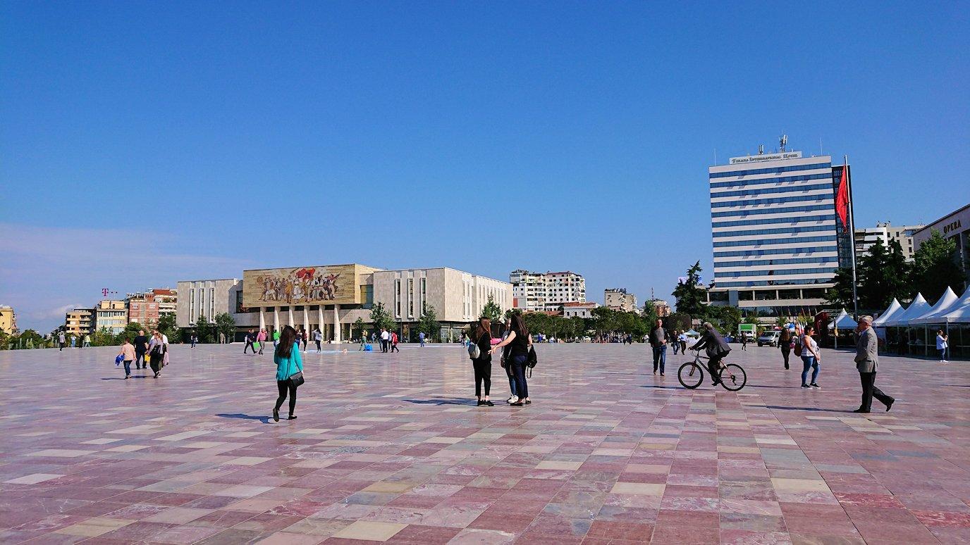 アルバニアで首都ティラナのスカンデルベグ広場ですごろくで遊ぶ子を3