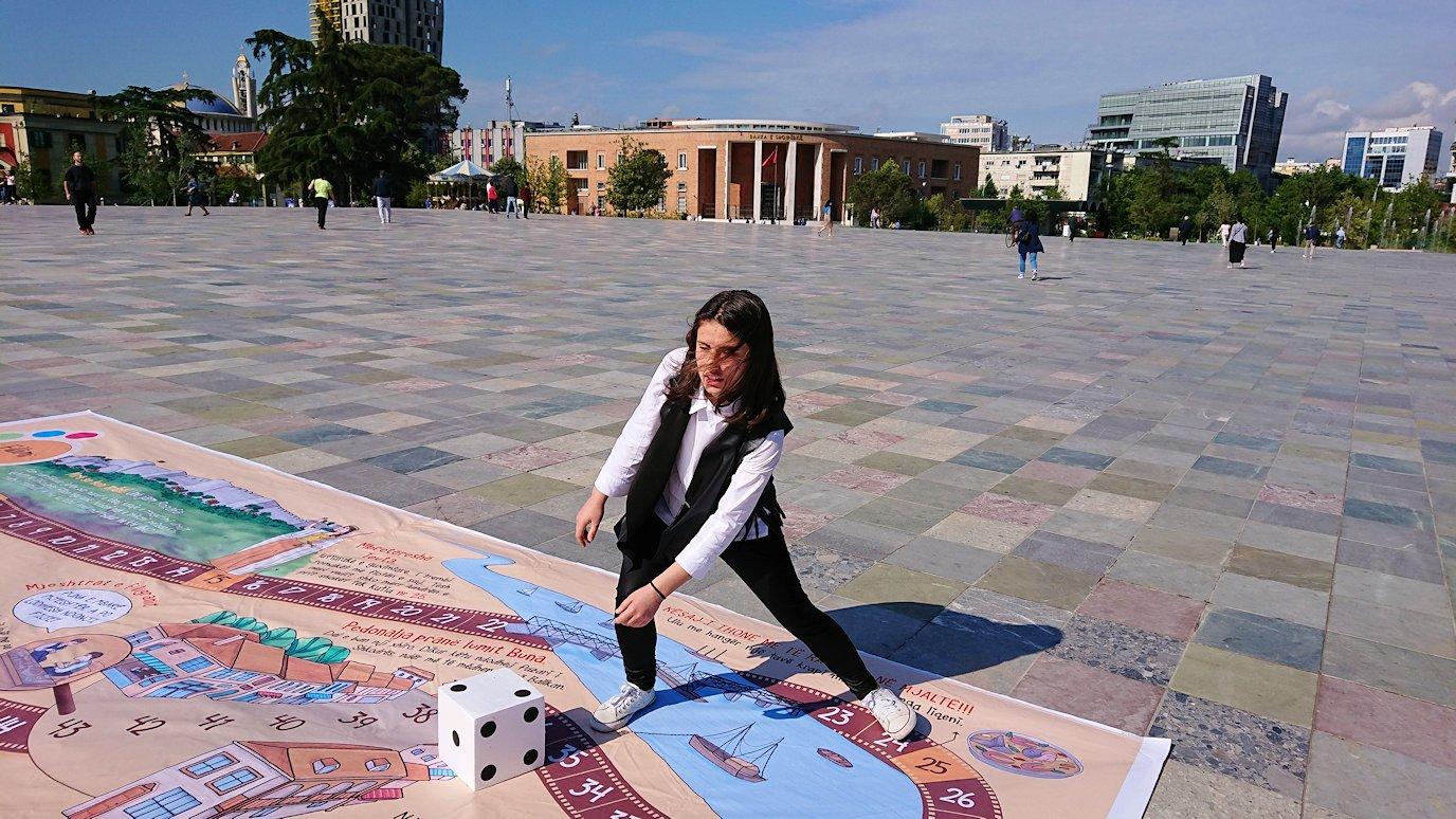 アルバニアで首都ティラナのスカンデルベグ広場ですごろくで遊ぶ子を6