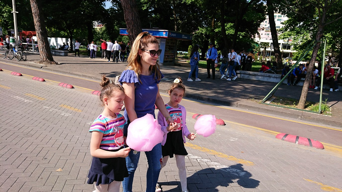 アルバニアで首都ティラナで子供の日イベントを楽しむ1